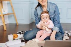 一起花费不少时间的可爱的年轻家庭 免版税库存照片
