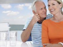 一起花费时间的夫妇在汽艇上 库存照片