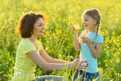 一起花费时间的母亲和女儿户外 图库摄影
