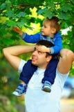 一起花费时间的父亲和儿子户外 免版税库存图片