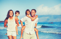 一起获得愉快的家庭乐趣 免版税库存图片