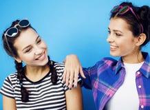 一起获得最好的朋友少年学校的女孩乐趣,摆在情感在蓝色背景, besties愉快微笑 免版税库存照片
