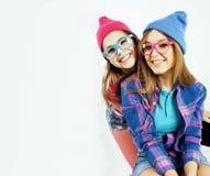 一起获得最好的朋友的十几岁的女孩乐趣,摆在情感在白色背景, besties愉快微笑,生活方式 库存照片
