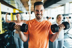 一起行使在健身房的小组朋友 库存图片
