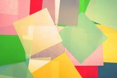 一起被叠加的颜色纸抽象背景 免版税库存图片