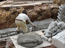 一起被堆积的瓦工放置沙子砖和它 免版税图库摄影