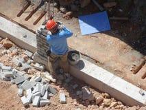 一起被堆积的瓦工放置沙子砖和它 图库摄影