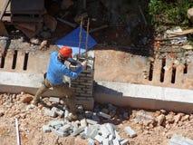 一起被堆积的瓦工放置沙子砖和它 免版税库存照片