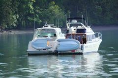 一起被抨击的两条可住宿的游艇 免版税库存照片