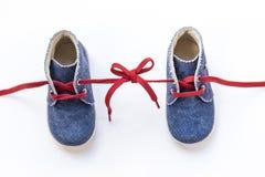 一起被栓的童鞋 免版税库存照片