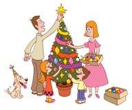 一起装饰圣诞树的家庭 免版税库存图片