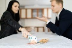 一起解决金融危机的夫妇在桌上在厨房里 库存照片