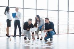 一起计划战略 看在地板上的企业队纸与指向一个想法的经理 合作 库存照片