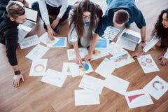 一起计划战略 看在地板上的企业队纸与指向一个想法的经理 合作 图库摄影