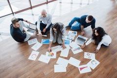 一起计划战略 看在地板上的企业队纸与指向一个想法的经理 合作 免版税图库摄影