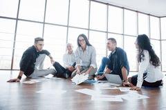 一起计划战略 看在地板上的企业队纸与指向一个想法的经理 合作 免版税库存照片