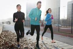 一起训练户外居住的活跃健康的朋友健身 库存照片