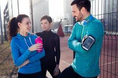 一起训练户外居住的活跃健康的朋友健身 免版税库存图片
