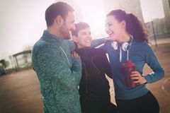 一起训练户外居住的活跃健康的朋友健身 免版税库存照片