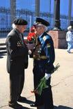 一起讲话两个的退役军人 免版税库存照片