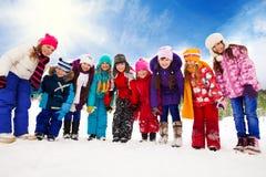 一起许多孩子在雪天 免版税图库摄影