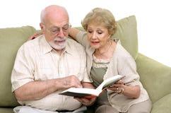 一起读前辈的夫妇 免版税库存图片