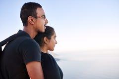一起调查距离的年轻印地安夫妇 免版税库存图片