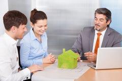 一起谈论的夫妇和的顾问 免版税库存图片