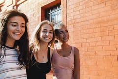 一起走三名快乐的妇女 免版税图库摄影