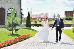 一起走在一个老镇的婚礼夫妇 库存照片