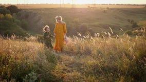 一起走在它上面小山的妈妈和小女儿 股票录像