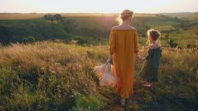 一起走在它上面小山的妈妈和小女儿 影视素材