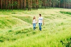 一起走在草的夫妇的图片 免版税库存图片