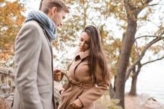 一起走在街道上的美好的愉快的夫妇 库存照片