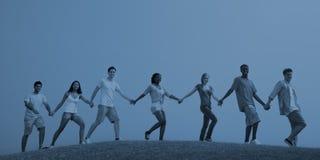 一起走小组偶然的人民户外概念 免版税库存照片