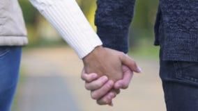 一起走年轻的夫妇举行支持的手和,概念和信任 股票视频
