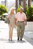 一起走沿街道的高级夫妇 免版税库存照片