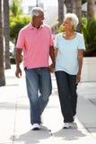 一起走沿街道的高级夫妇 免版税库存图片