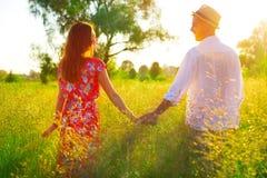一起走的夫妇握手和 免版税库存照片