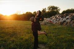 一起走年轻愉快的有吸引力的夫妇,户外 免版税图库摄影
