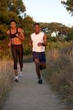 一起跑健康年轻黑的夫妇户外 免版税库存图片