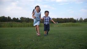 一起跑在公园的快乐的亚裔孩子 影视素材