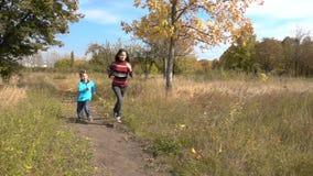 一起跑在秋天公园的两个孩子 股票录像
