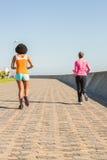 一起跑步两名运动的妇女 免版税库存照片