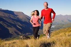 一起跑步在一座美丽的山的夫妇风景 免版税图库摄影