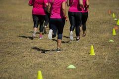 一起跑步在新兵训练所的小组妇女 免版税库存照片