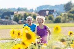一起跑步户外在乡下的快乐的资深夫妇 库存照片