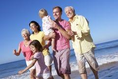 一起跑沿海滩的多一代家庭 免版税库存图片