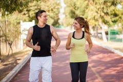 一起跑的夫妇户外 免版税库存图片
