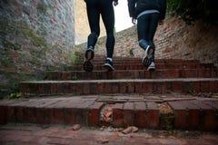 一起跑的男人和的妇女在楼上 免版税库存照片